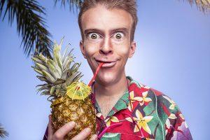 Uomo con un ananas in mano