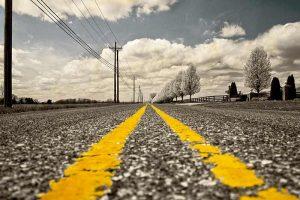 Una strada con linea di mezzeria gialla